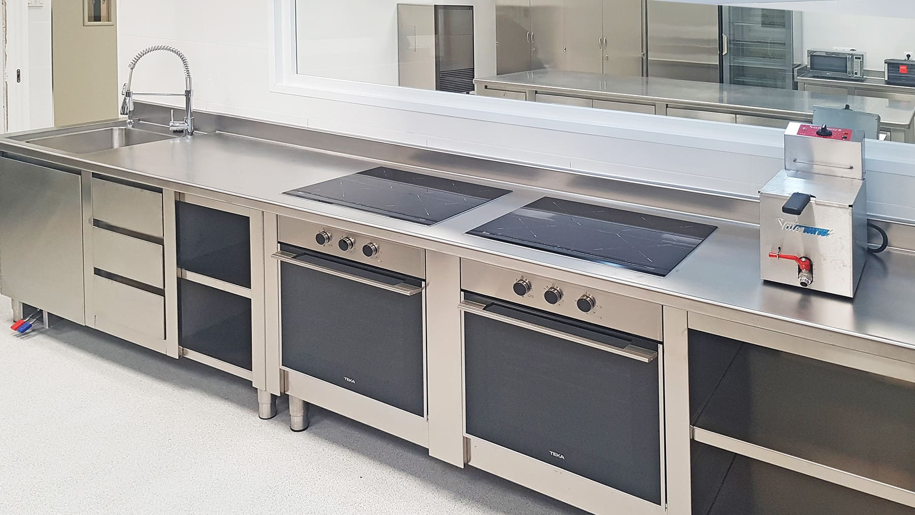 Horno-Encimera-y-Fregadero-Cocina-Industrial-Profesional-Universidad-Europea-de-Madrid - -SERHS-Projects